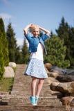 Портрет красивой девушки представляя в парке Стоковые Фотографии RF