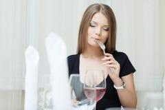 Портрет красивой девушки представляя в ресторане Стоковые Фото