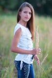 Портрет красивой девушки представляя outdoors стоковое фото rf