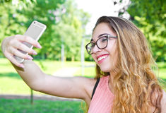 портрет красивой девушки принимая selfie с передвижным p Стоковое фото RF