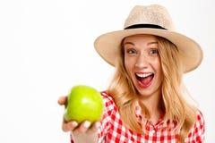 Портрет красивой девушки страны с яблоком над белой предпосылкой Стоковые Изображения