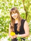 Портрет красивой девушки с букетом желтых одуванчиков внешних весной, фокус на глазах, предпосылка цветения яблока Стоковая Фотография RF