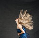 Портрет красивой девушки с летать белокурый стоковые изображения