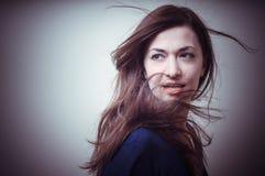 Портрет красивой девушки с длинними волосами и голубым свитером Стоковая Фотография RF