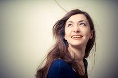 Портрет красивой девушки с длинними волосами и голубым свитером Стоковое Фото