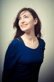Портрет красивой девушки с длинними волосами и голубым свитером Стоковые Изображения RF