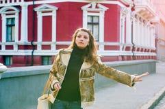 Портрет красивой девушки с длинными волосами стоит в улице с сумкой Стоковое Фото