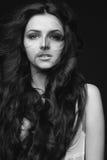 Портрет красивой девушки с длинным летанием волос Стоковые Фото