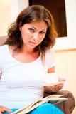 Портрет красивой девушки с книгой и кофе Стоковые Изображения RF