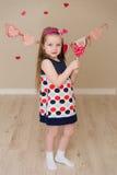 Портрет красивой девушки с конфетой в руках Стоковые Фотографии RF