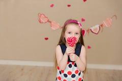 Портрет красивой девушки с конфетой в руках Стоковое Фото