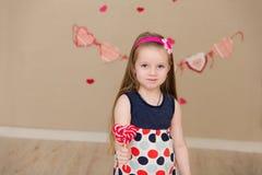 Портрет красивой девушки с конфетой в руках Стоковое Изображение