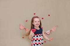 Портрет красивой девушки с конфетой в руках Стоковые Фото