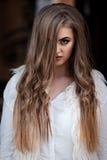 Портрет красивой девушки с красивыми волосами и составом Стоковые Изображения