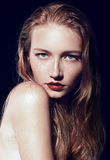 Портрет красивой девушки с красными волосами и веснушками Стоковые Изображения