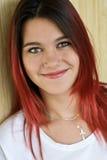 Портрет красивой девушки с красными волосами и славной улыбкой Стоковая Фотография