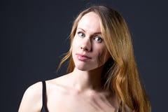 Портрет красивой девушки с красными волосами Стоковое Изображение RF