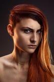 Портрет красивой девушки с красными волосами Стоковое Фото