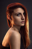 Портрет красивой девушки с красными волосами Стоковая Фотография RF