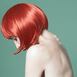 Портрет красивой девушки с красными короткими волосами в студии на зеленой предпосылке Стоковая Фотография RF