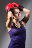 Портрет красивой девушки с красными перчатками бокса, смотря вверх Стоковое фото RF