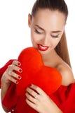 Портрет красивой девушки с красным сердцем в руке Стоковые Фотографии RF