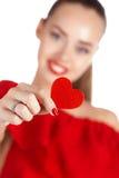 Портрет красивой девушки с красным сердцем в руке Стоковая Фотография RF