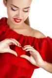 Портрет красивой девушки с красным сердцем в руке Стоковые Изображения RF