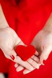 Портрет красивой девушки с красным сердцем в руке Стоковое Фото