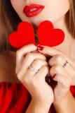 Портрет красивой девушки с красным сердцем в руке Стоковое Изображение RF