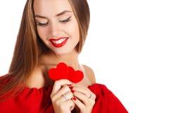 Портрет красивой девушки с красным сердцем в руке Стоковая Фотография