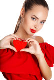 Портрет красивой девушки с красным сердцем в руке Стоковые Фото