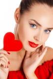 Портрет красивой девушки с красным сердцем Стоковое фото RF