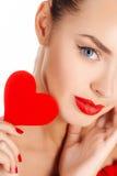 Портрет красивой девушки с красным сердцем Стоковая Фотография RF