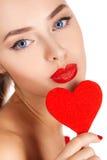 Портрет красивой девушки с красным сердцем Стоковые Изображения RF