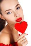 Портрет красивой девушки с красным сердцем Стоковое Фото