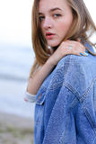 Портрет красивой девушки с светлой улыбкой на губах которая представляет o Стоковое Изображение RF