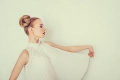 Портрет красивой девушки с смешным стилем причёсок Стоковые Фото