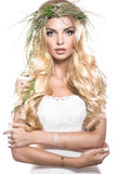 Портрет красивой девушки с цветками на ей Стоковое Фото