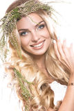Портрет красивой девушки с цветками на ей Стоковая Фотография RF
