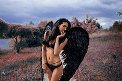 Портрет красивой девушки с чернотой подгоняет демона Стоковые Фотографии RF