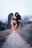 Портрет красивой девушки с чернотой подгоняет демона Стоковое фото RF