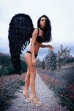 Портрет красивой девушки с чернотой подгоняет демона Стоковое Изображение