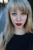 Портрет красивой девушки с яркой губной помадой Стоковая Фотография
