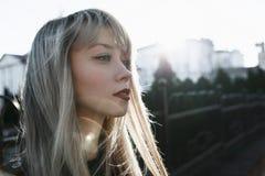 Портрет красивой девушки с яркой губной помадой Стоковые Фото