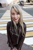 Портрет красивой девушки с яркой губной помадой Стоковые Изображения RF