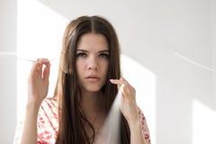 Портрет красивой женской модели рассматривая плечо на белой предпосылке Стоковая Фотография