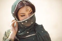 Портрет красивой женской модели в традиционном этническом костюме с тяжелыми украшениями и составом Стоковые Фото
