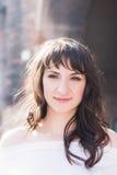 Портрет красивой женщины брюнет outdoors в белом платье Стоковое Изображение