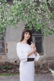 Портрет красивой женщины брюнет outdoors в белом платье Стоковая Фотография RF